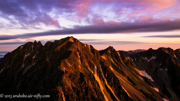 前穂高岳山頂から奥穂高岳のアルペングリューエンを拝む