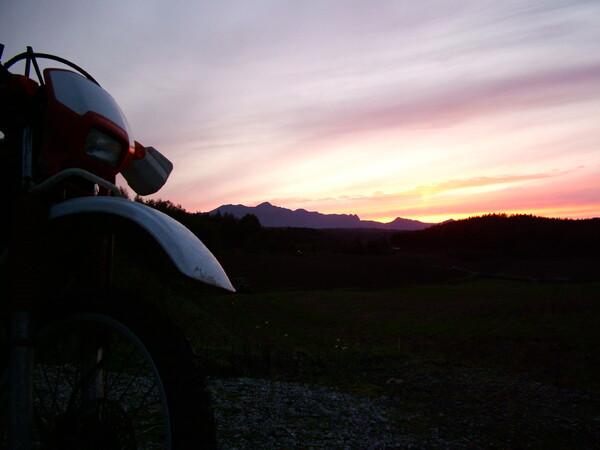 富良野の夕日と愛車