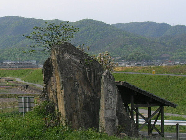 磨崖仏の岩