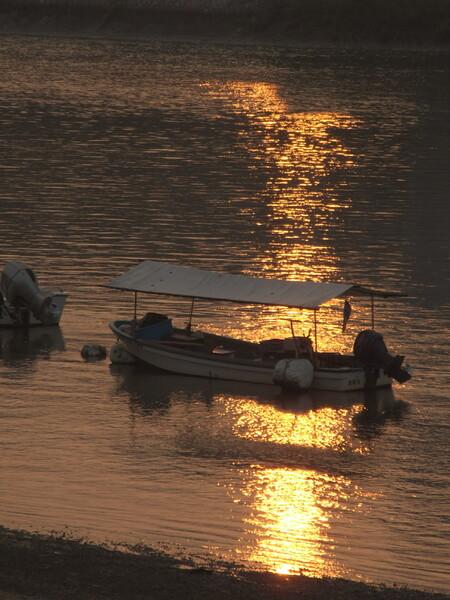 「光」朝の川面と小船
