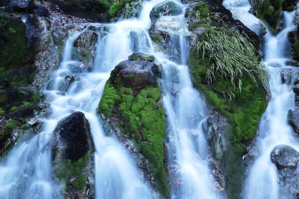 硫黄臭う小滝