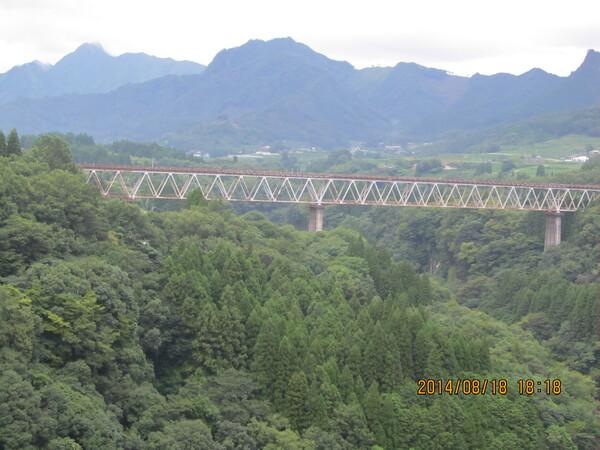 元高い橋梁の全景です