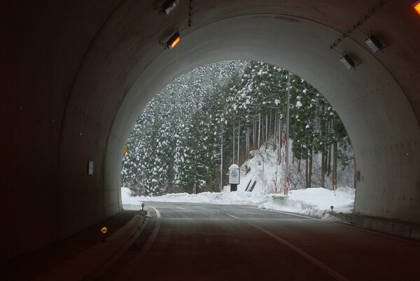トンネルを抜けると其処は・・・