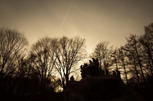 猿山と飛行機雲