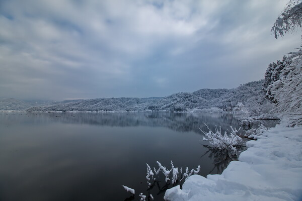 雪の湖に静寂が聞こえる・・・