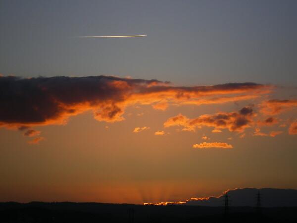 夕焼け飛行機雲2