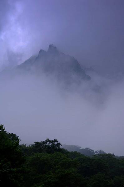 雲中の谷川岳