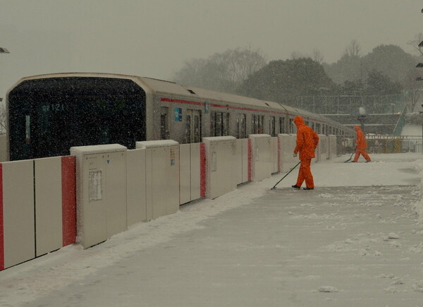 地下鉄駅での除雪風景