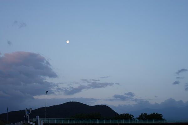 月と雲と山