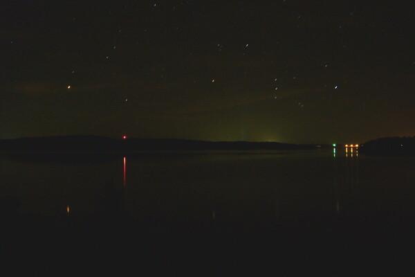 湖面に反射する火星とオリオン