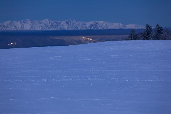 雪原の彼方の白馬三山