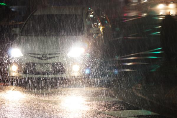 深夜雪の道路景色