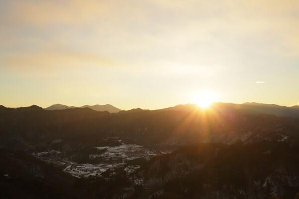 晦日明ける山あい