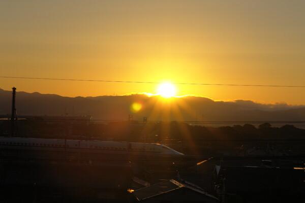 日の出と新幹線