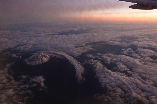 夕暮れの富士山上空