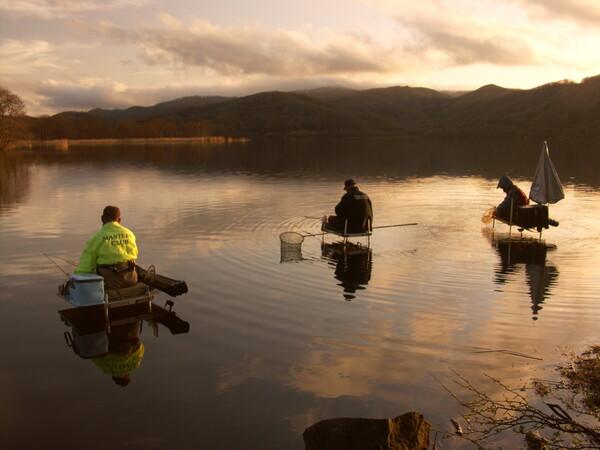水上の釣り人