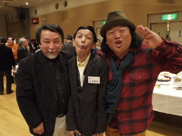 「根本タケシさんと中井精也さんの大きなお腹に挟まれて更に痩せ細ってしまった土屋勝義さん」の図。