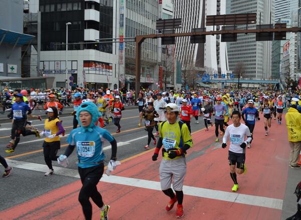 東京マラソン2014 1Km地点
