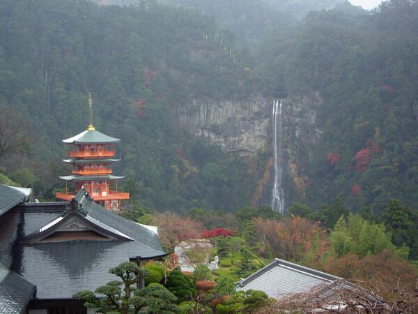 【緑】雨にけぶる那智の滝