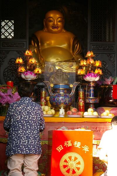 弥勒菩薩(中国タイプは太目)と五体投地
