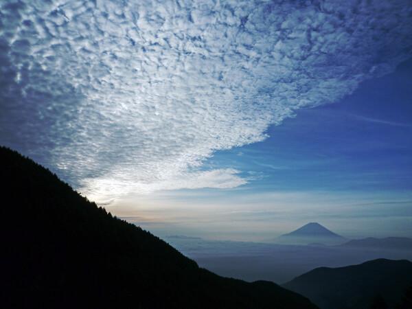 【広がり】 大空に、ただ一つ浮かぶ富士山