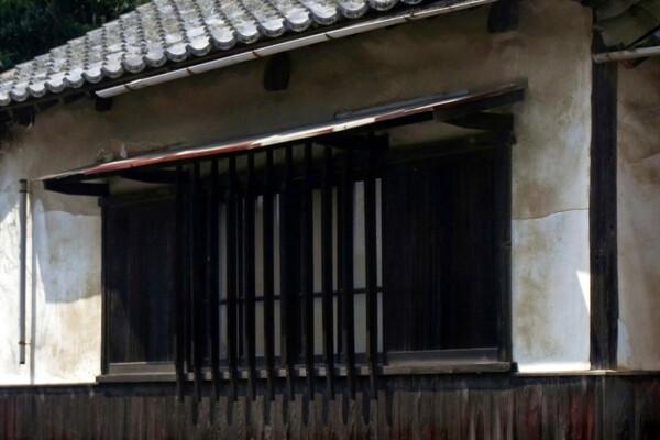 【わびさび】白壁に格子窓