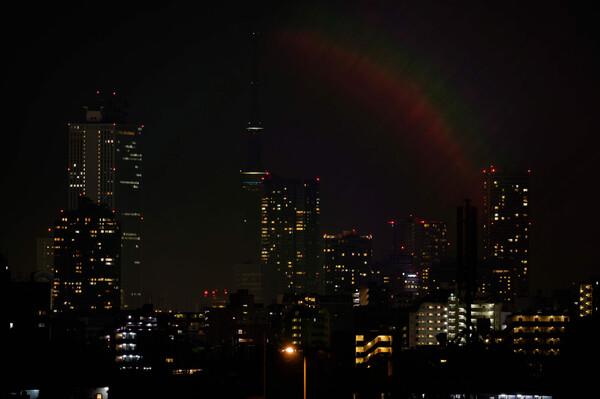 都会に架かる夜の虹、まさかオーロラ?