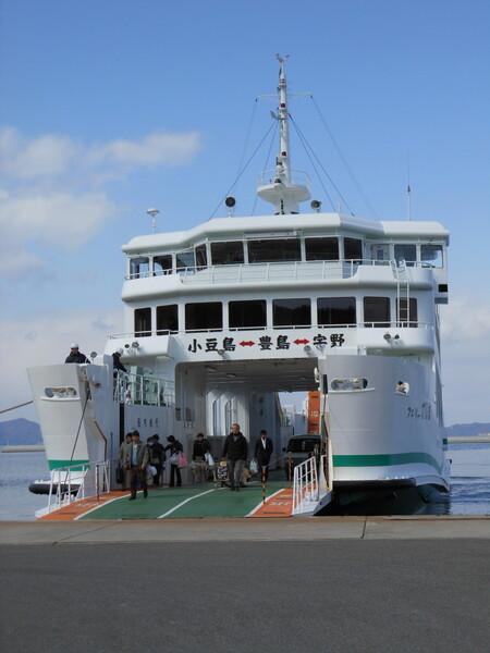 唐櫃(からと)港に降り立つフェリー乗客たち