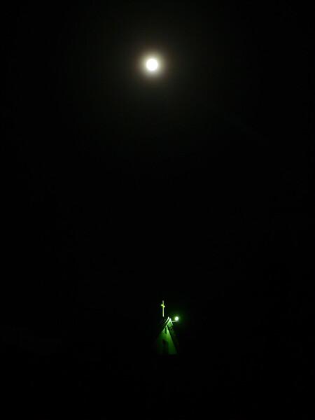 十字架と満月