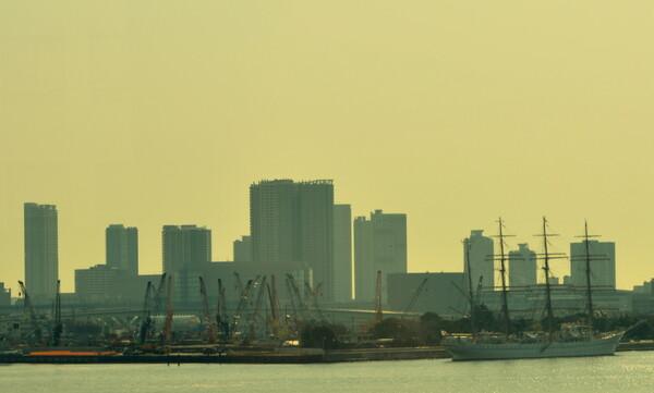 東京オリンピック選手村工事現場と帆船