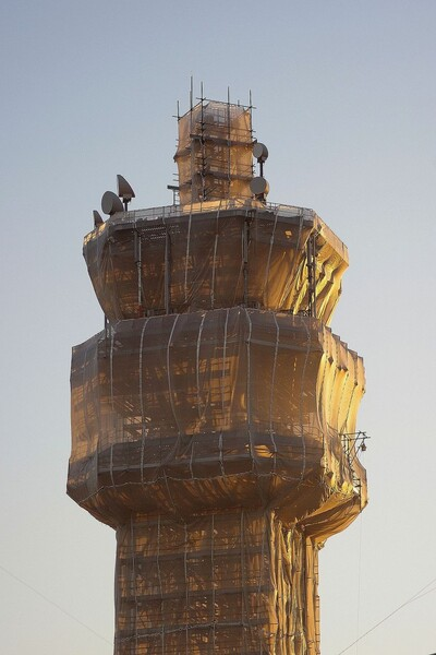 【逆光】工事中の電波塔
