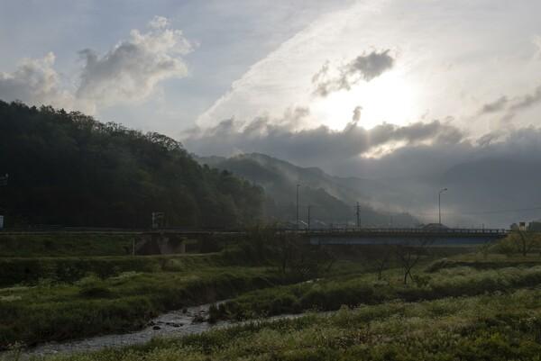 雲が多い朝-2。