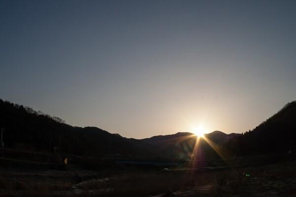 激しいフレアーの朝日。