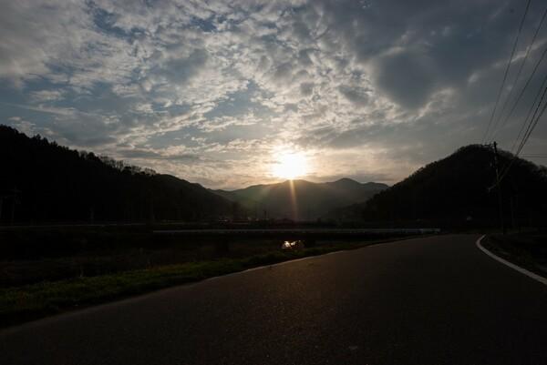 雲の間からの朝日。