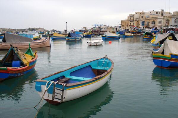 大きな漁港の小さな漁船たち