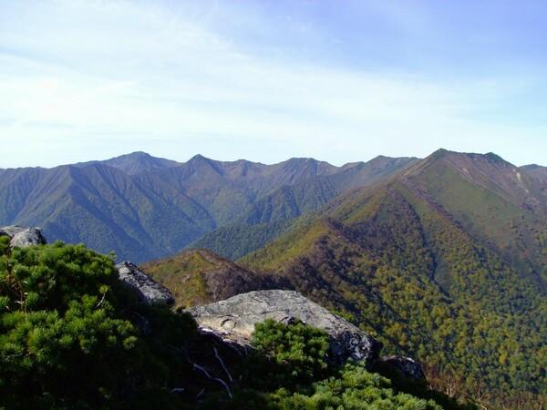 山は微妙に秋色