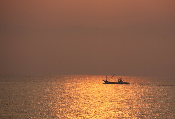 夕焼けと船