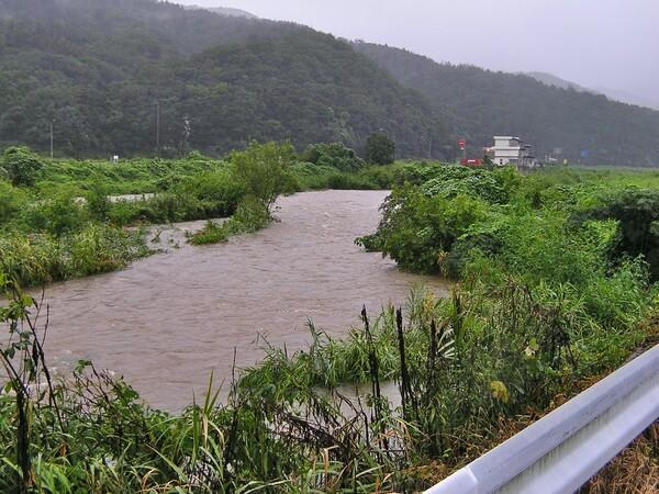 台風の濁流