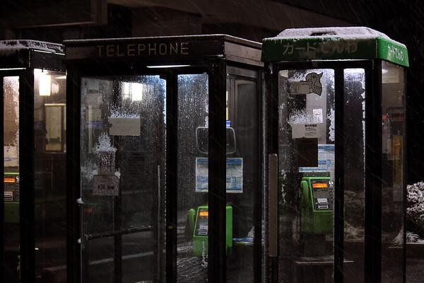 【光】電話ボックスの外は雪