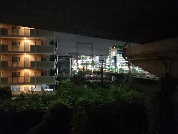 高架下から眺める街