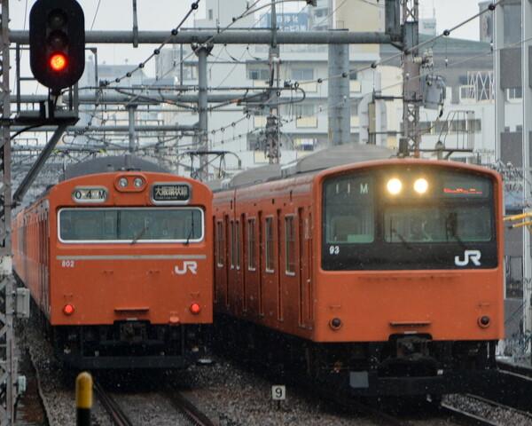 雪の降る大阪環状線103系と201系の並び
