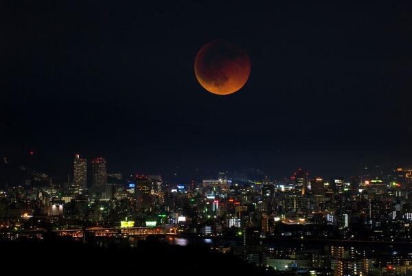 赤褐色の月