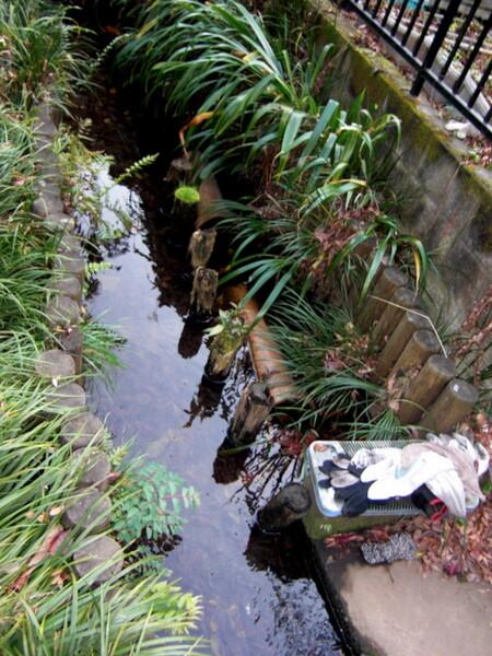 【水】洗濯板のある小川の風景