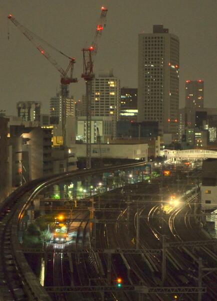 新幹線保線作業車と山手線始発電車