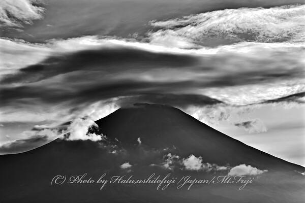 荒れる富士の山