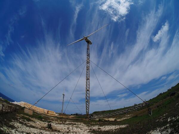 【花・空のある写真】可倒式風力発電機