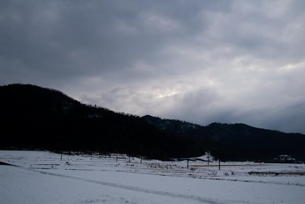 暗い雲に覆われた西空。