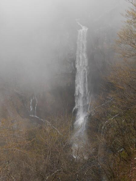けむる華厳の滝