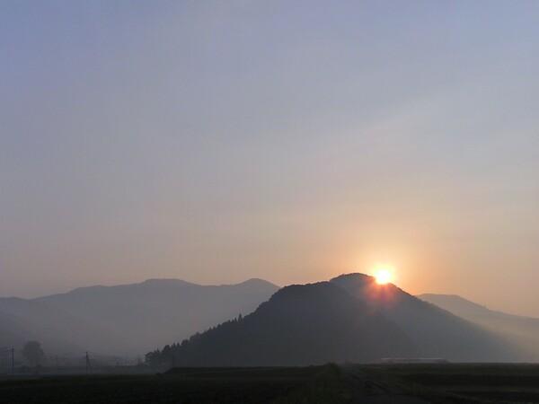黄砂の朝日の出!