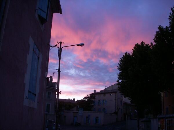 プロバンス地方の小さな町の夕日